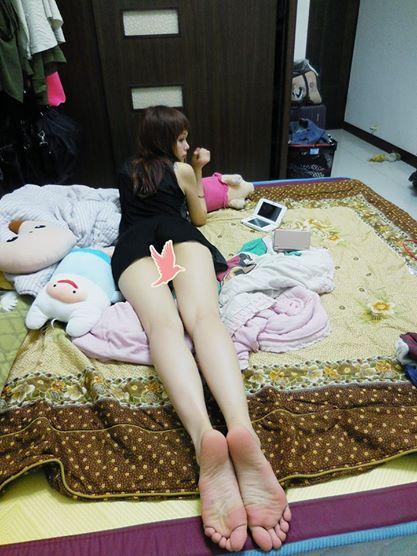 照片中香香下半身疑似没穿美尻外拽软趴在床